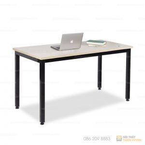 Bàn làm việc chân sắt độc lập màu đen mặt dày 1.8mm. Bàn có thiết kế dạng thẳng với mặt bàn nhẵn bóng. Khung bàn được làm từ khung sắt hộp dày 1.2mm phun sơn tĩnh điện và phủ bóng đảm bảo độ bền và thẩm mỹ cho bạn.