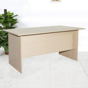 Bàn làm việc giá rẻ 1m4 không hộc được làm bằng chất liệu gỗ công nghiệp cao cấp. trên mặt bàn được phủ một lớp Melamine chống trầy xước tốt, ẩm mốc, bóng đẹp theo thời gian.