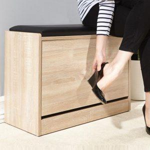 Tủ giày thông minh 1 tầngđược làm từ gỗ gỗ công nghiệp, phủ melamine cao cấp, có 1 cánh xoay lật, bên trong có 3 ngăn để giày (dép). Bên trên có 1 đệm ngồi bọc da hoặc simili giúp cho chúng ta có thể ngồi để mang giày (dép) 1 cách thoải mái nhất.