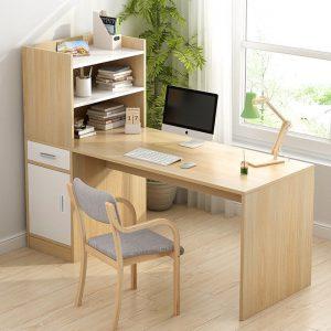 Bàn học làm việc giá sách gỗ có tủ ngăn kéo dễ bài trí trong phòng làm việc. Với thiết kế có kệ nhỏ đi kèm giúp bạn dễ dàng để sách vở, đồ dùng nhỏ rất tiện dụng. Cùng chiêm ngưỡng thiết kế hiện đại của mẫubàn làm việc kết hợp giá sáchnày nhé!